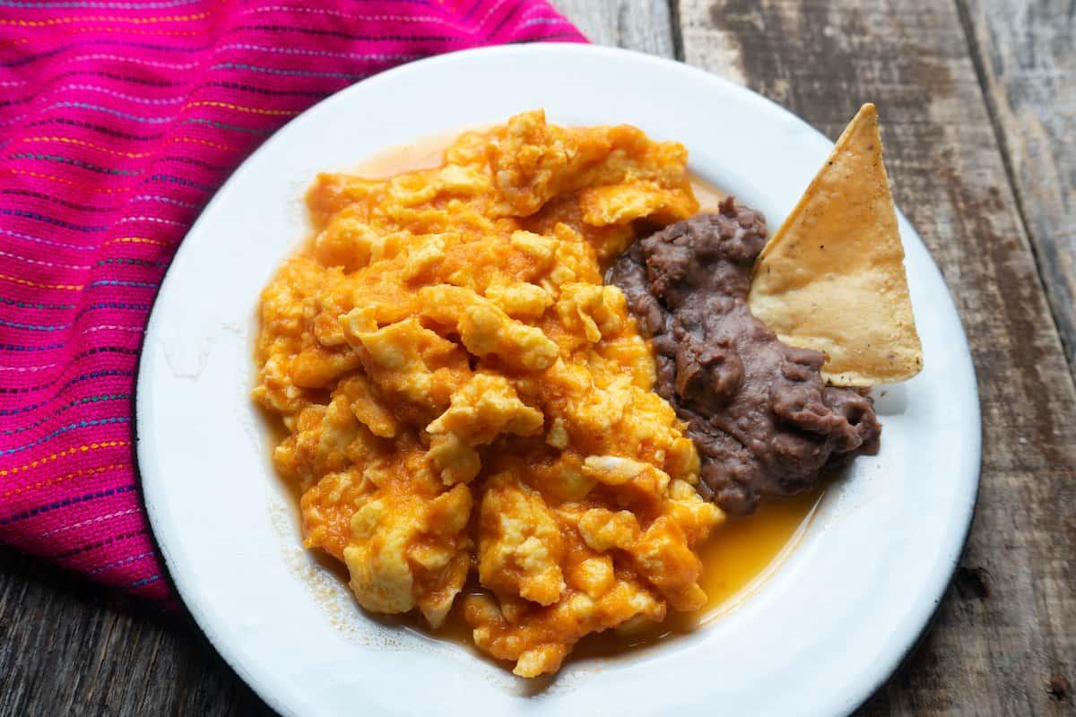 plato con huevos al albañil