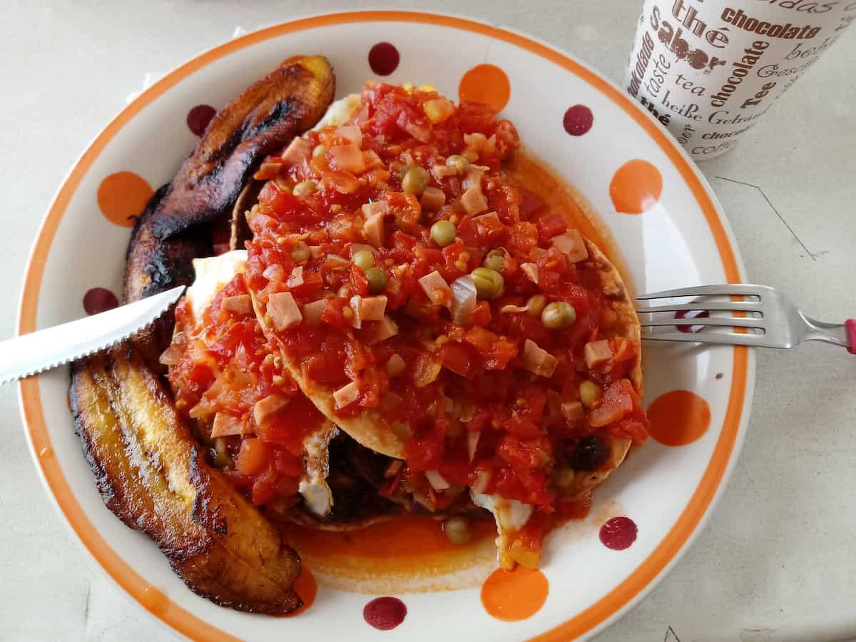 plato con huevos motuleños
