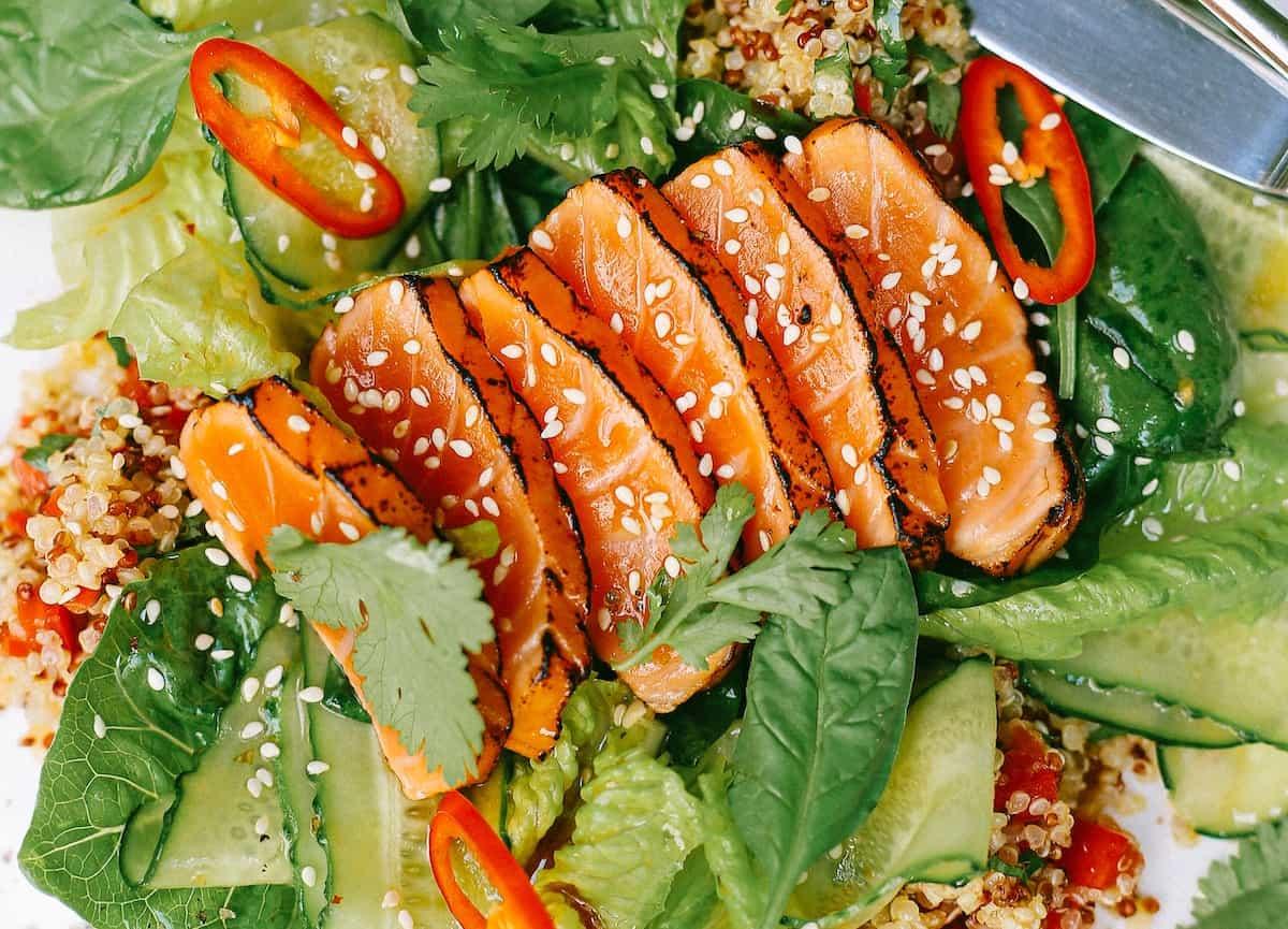 tataki de salmón con ensalada