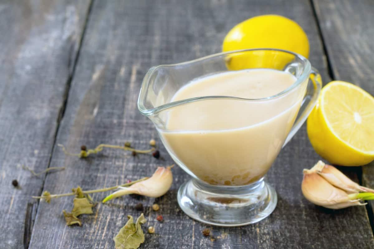 Recipiente con salsa de limón