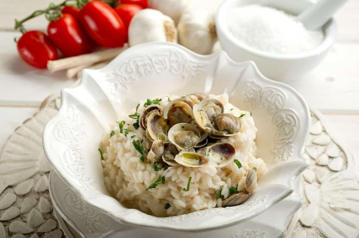 plato con arroz con almejas
