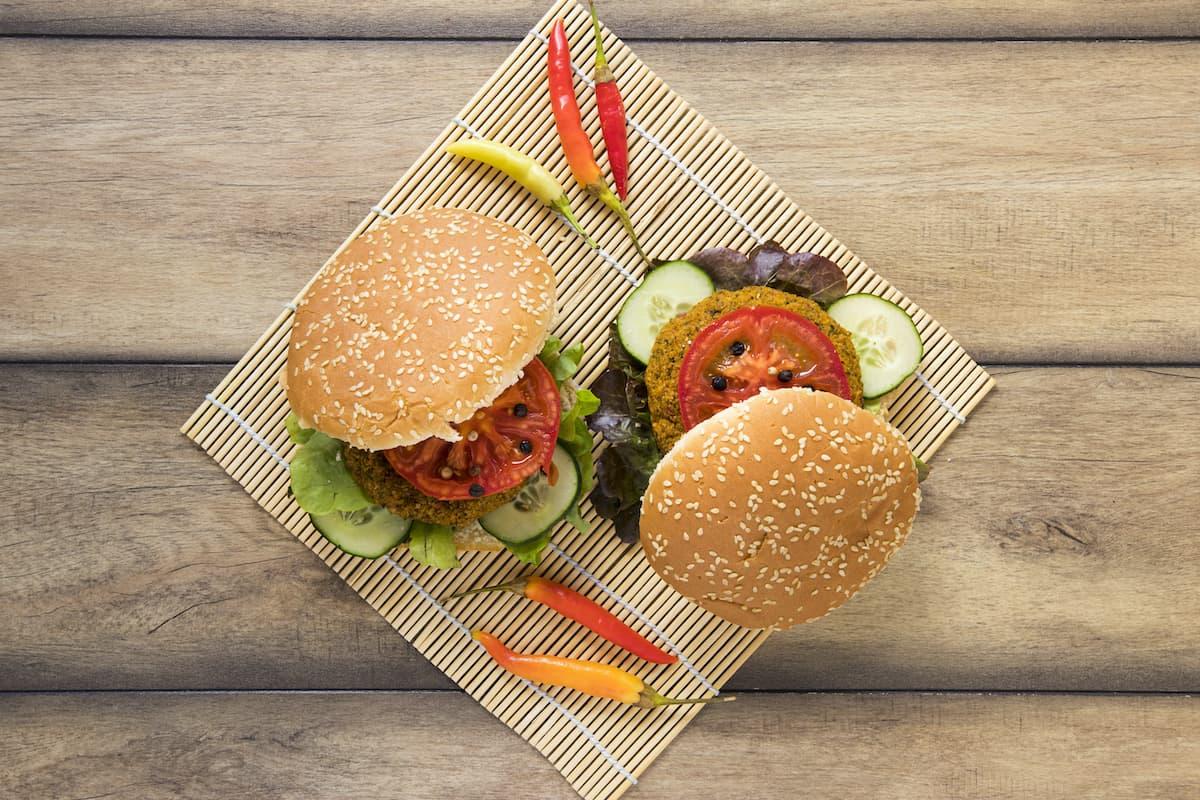 plato con hamburguesas de garbanzos