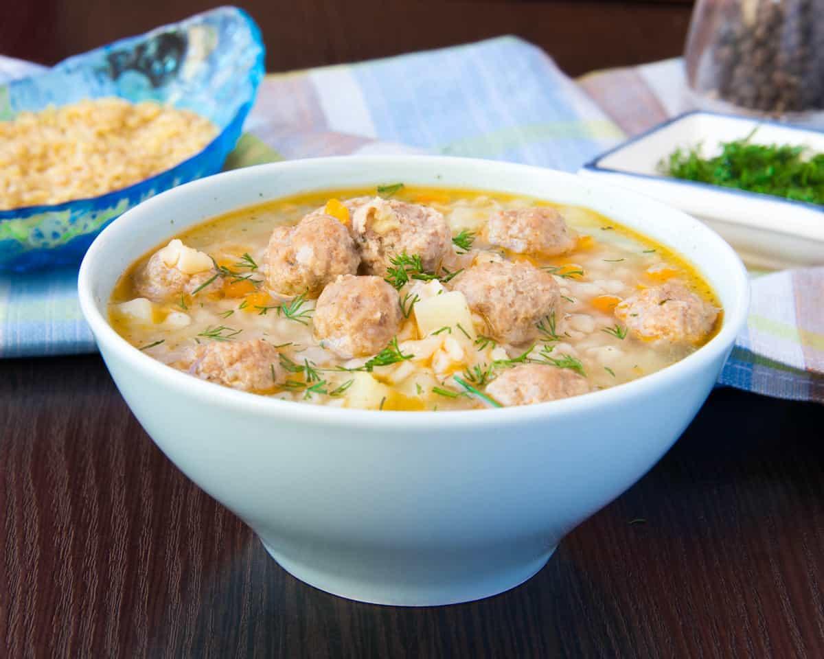plato con sopa de bolas de verde