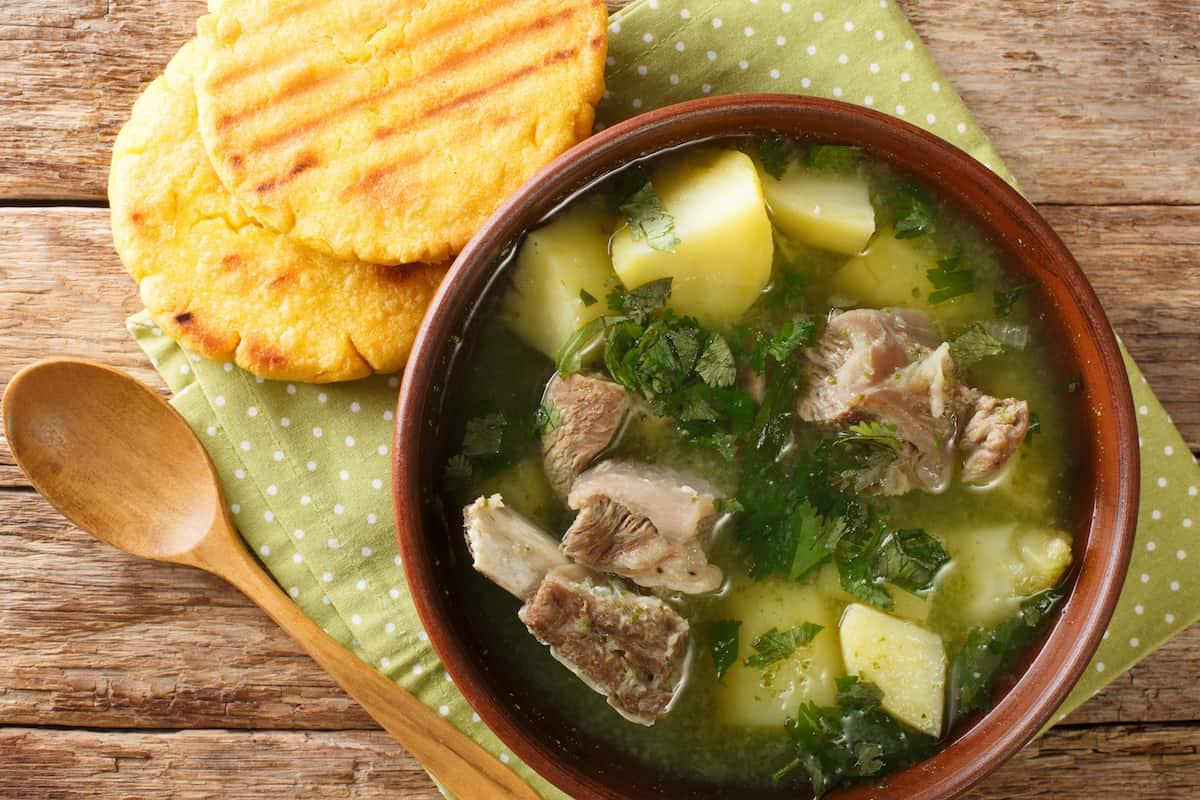 plato con sopa de costilla