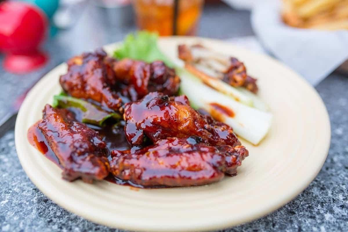 alitas de pollo bañadas en salsa jack daniels