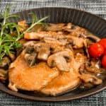 plato con chuletas de cerdo en salsa de champiñones