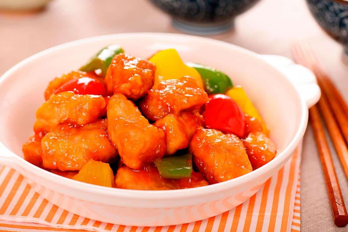 plato con delicioso cerdo agridulde chino casero