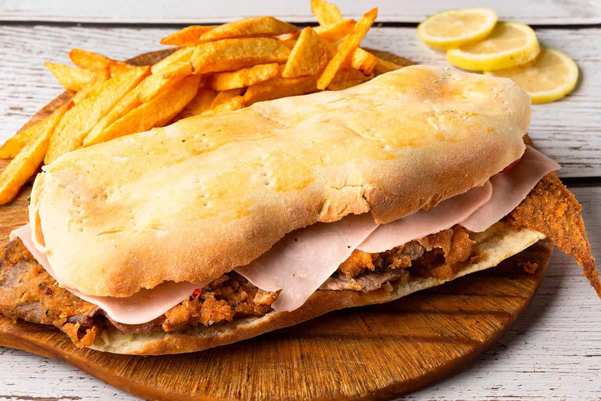 sandwich de milanesa con papas fritas