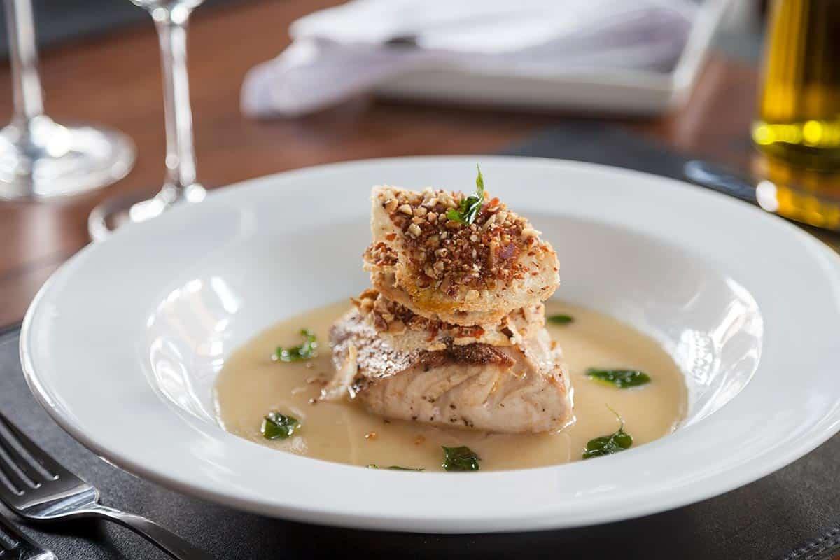 filete de pescado bañado en salsa de almendras