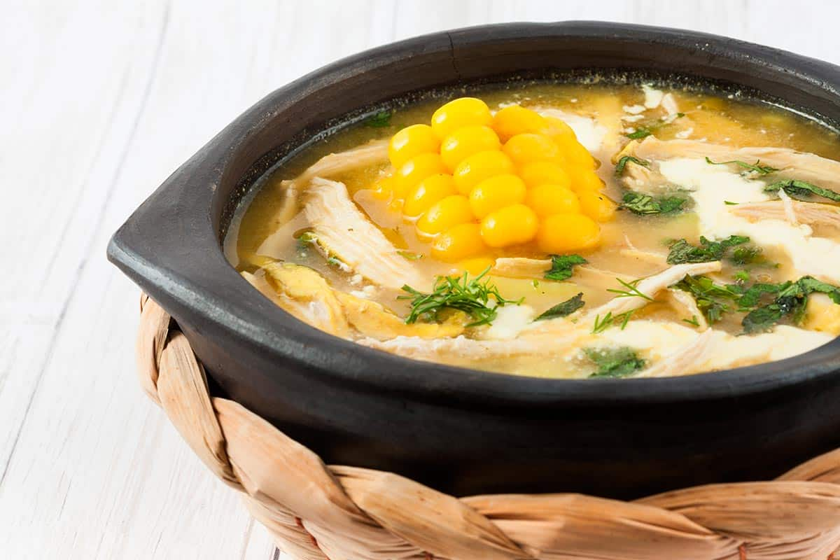 plato con sopa ajiaco de Colombia